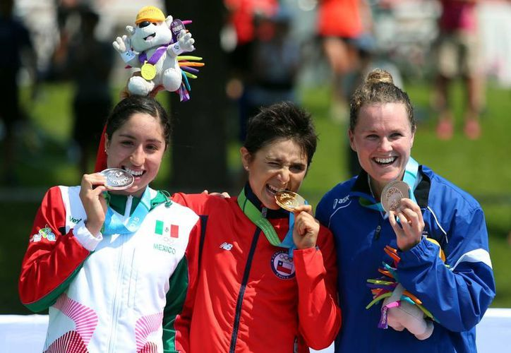 Paola Díaz (México) junto al primer y tercer lugar del Triatlón en el podium durante la premiación. (Notimex)