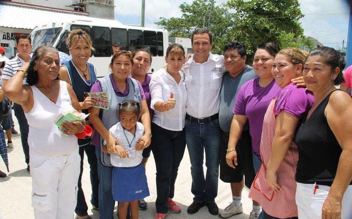 La candidata Susana Hurtado en recorrido por Cancún acompañada de Paul Carrillo, candidato a la presidencia de Benito Juárez. (Cortesía/SIPSE)