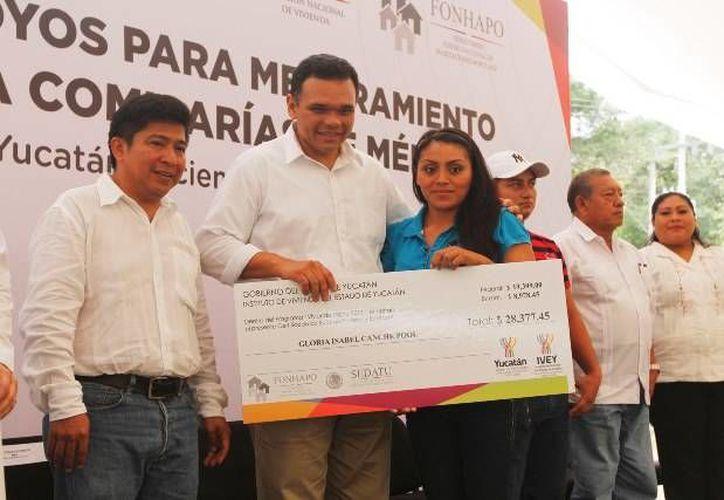 El Gobernador entregó bonos para ampliación y mejoramiento de vivienda a 1,199 familias en situación de pobreza de comisarías y subcomisarías de Mérida. (Cortesía)