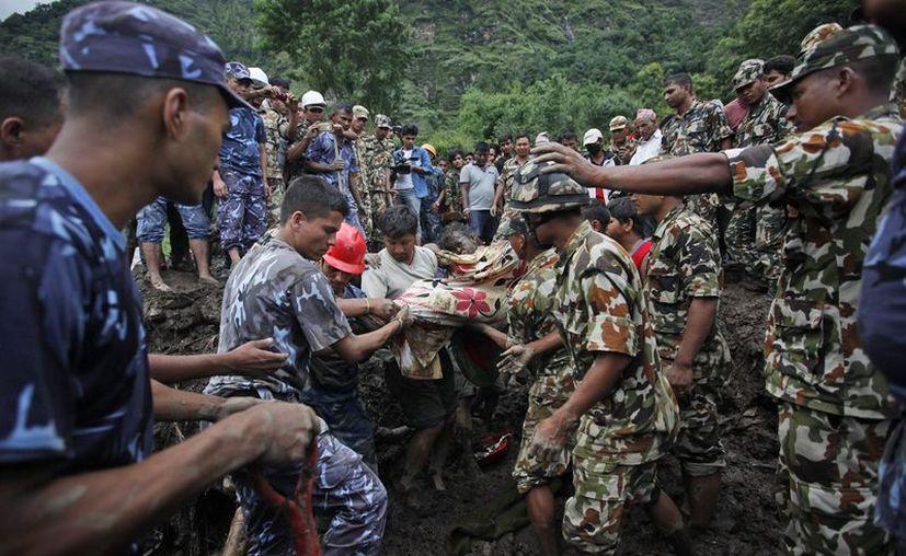 Según medios locales, docenas de poblados permanecen inundados. (Foto: KathmandúPost)