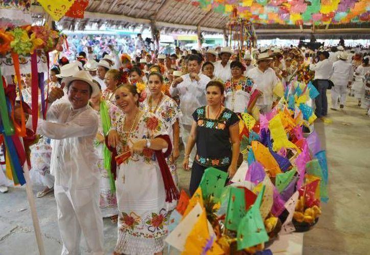 Las guayaberas y los hipiles son elementos que no pueden faltar a esta celebración. (Gustavo Villegas/SIPSE)