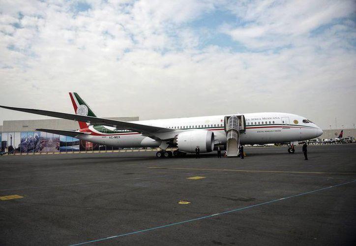 """El avión presidencial """"José María Morelos y Pavón"""" puede operar en 92% de los aeropuertos nacionales. La aeronave Boeing 787 hoy realizó su primer vuelo, en el marco del 101 aniversario de la Fuerza Aérea Mexicana. (@PresidenciaMX)"""