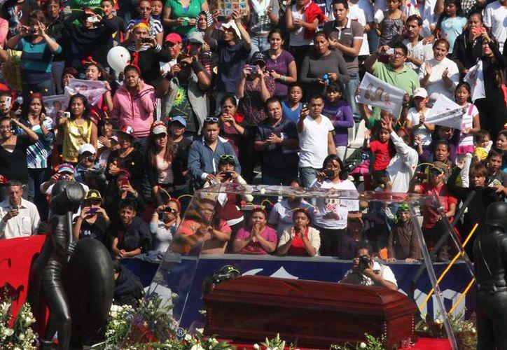 Los restos del comediante llegaron al Estadio Azteca alrededor de las 13:23 horas. Se lleva a cabo en estos momentos una misa de cuerpo presente. (Agencias)