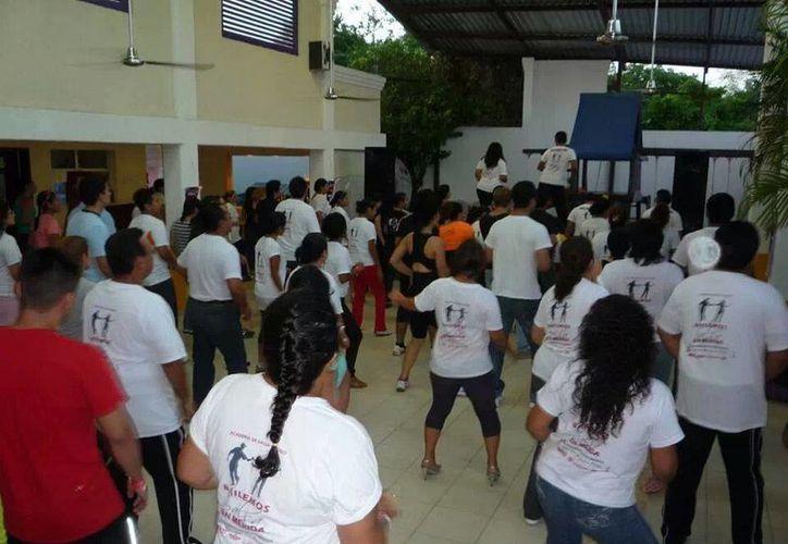 """Aspecto de una sesión de la academia """"Bailemos Salsa en Mérida"""", organizadora del taller. (Cortesía)"""