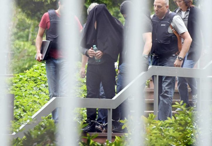 Uno de los presuntos sospechosos de terrorismo es conducido por la policía en la corte federal en Karlsruhe, Alemania. (Agencias)