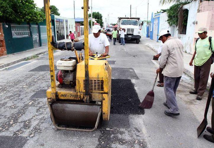 Un trabajador de la Comuna arregla una calles de la ciudad. (Milenio Novedades)