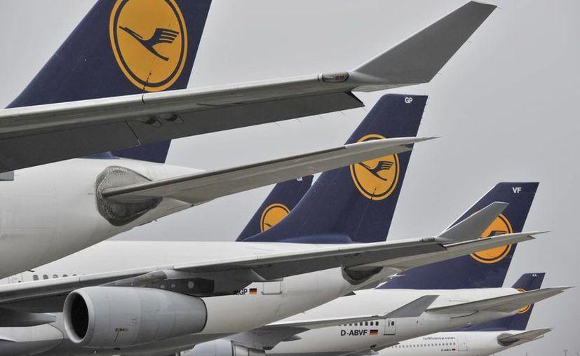 Foto de archivo del 23 de febrero de 2010 de varios aviones de la línea Lufthansa en el aeropuerto de Francfort, Alemania. (Foto AP/dpa, Boris Roessler, Archivo)
