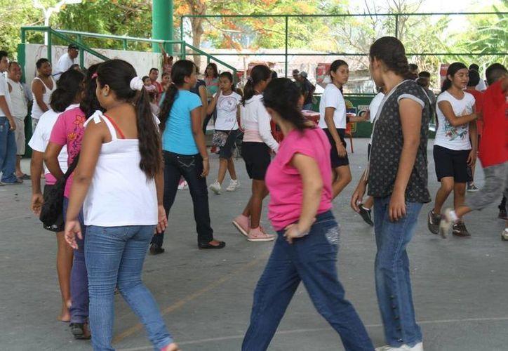 Los alumnos ensayan sin cesar en el domo deportivo de la localidad. (Harold Alcocer/SIPSE)