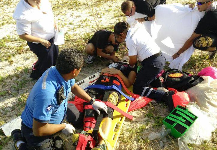 Una turista estadounidense resultó con una fractura tras realizar un aterrizaje no seguro al saltar en paracaídas. (Daniel Pacheco/SIPSE)