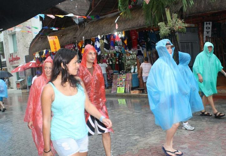Servidores turísticos de la playa sufren por la escasez de turismo. (Loana Segovia/SIPSE)