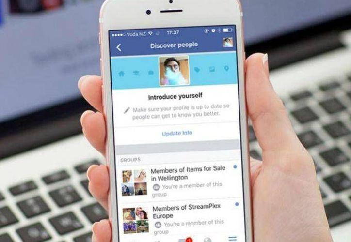 Facebook busca hacerle la competencia a Tinder con su función 'Discover people'. (Excélsior)