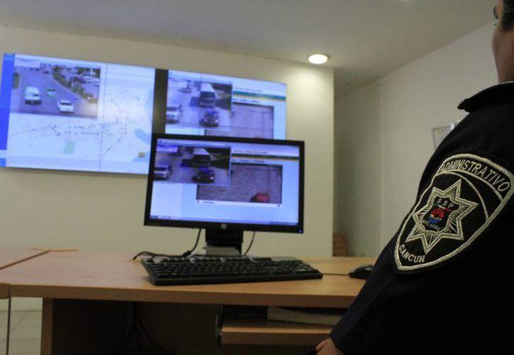 Las cámaras de video mandan información a los controladores de tráfico. (Sergio Orozco/SIPSE)