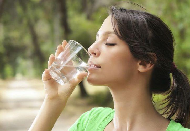 El vital líquido también contribuye a perder peso, puesto que reduce el hambre. (Contexto/Internet).