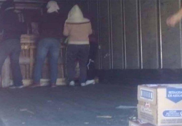Un grupo de normalistas fue detenido momentáneamente luego de robar productos de camiones repartidores en Oaxaca. (Quadrin).