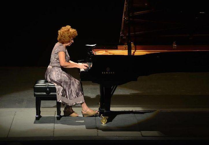 Como parte del concierto de la cubana Alicia Perea, ofreció un danzón acompañada de un percusionista. (Luis Pérez/Milenio Novedades)