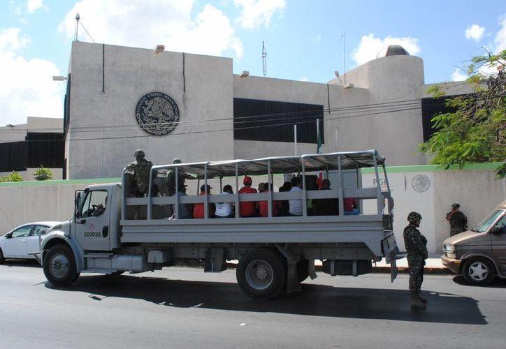 Los acusados fueron trasladados a las instalaciones de la PGR en Cancún. (Eric Galindo/SIPSE)
