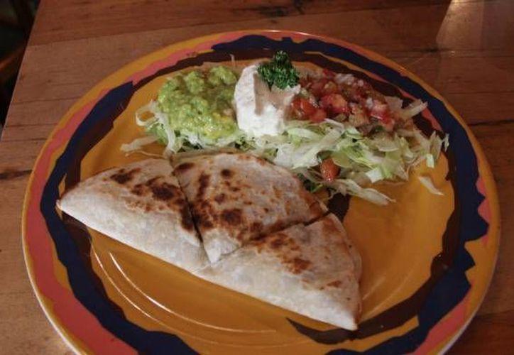 La SHCP declaró que la gastronomía mexicana representa un pilar de la economía nacional. Como dato, informó que los más de 500 mil restaurantes registrados en México generan un 2 por ciento del PIB. (Archivo Notimex)