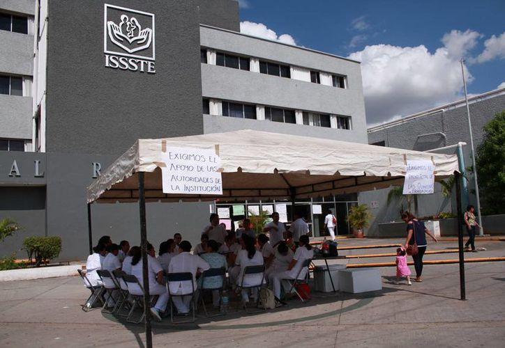 Imagen de la protesta que realizan los trabajadores, en la entrada del Hospital Regional 'Elvia Carrillo Puerto'. (Milenio Novedades)