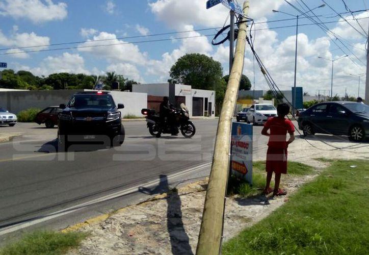 Un volquete tiró varios postes de teléfono, en la av. 35 de San Juan Grande, en el oriente de la ciudad. (Jorge Acosta/SIPSE)