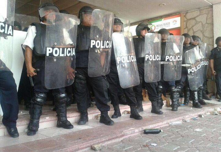 Los elementos antimotines resguardaban el Palacio Municipal. (Jazmín Ramos/SIPSE)