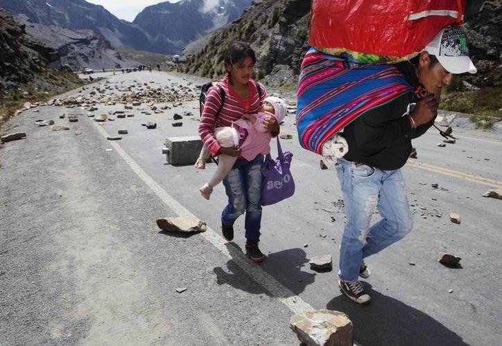 Mineros independientes colocaron muchas piedras en una carretera a las afueras de La Paz en protesta contra nueva ley. (Agencias)