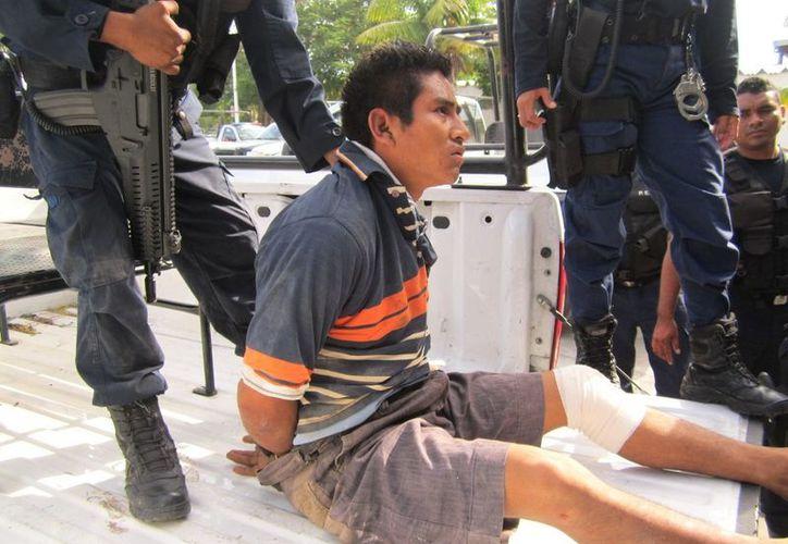 El suceso puso en evidencia el descuido con el que los Elementos de Policía Estatal Preventiva, trasladan a los detenidos a los nosocomios para su atención. (Francisco Sansores/SIPSE)