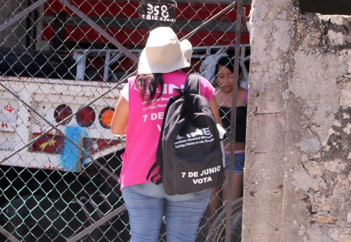 El 31 de marzo pasado fue el último día para la entrega de más de 160 mil invitaciones ciudadanas en todo el estado para fungir como funcionarios de casilla. (José Acosta/SIPSE)