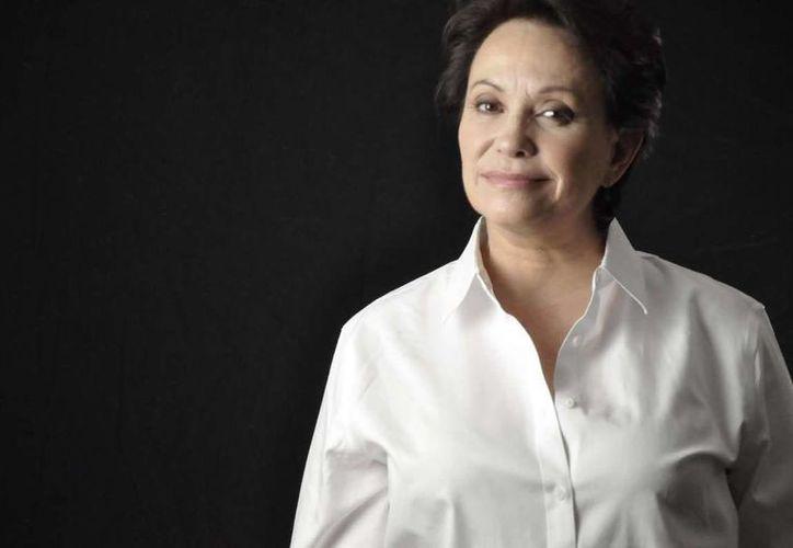 En 'Silvana sin lana' Adriana Barraza personifica a Trinidad, mujer de clase alta que pierde toda su fortuna. La actriz ya no tiene cáncer. (latiniconos.com)