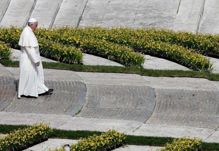 El Papa Francisco camina por la Plaza de San Pedro al término de una misa en el Vaticano el 3 de abril del 2016. Después de la misa, Francisco anunció una colecta especial para ayudar al pueblo de Ucrania que sufre en medio de un conflicto 'sediento de paz y reconciliación'. (AP Foto/Alessandra Tarantino)