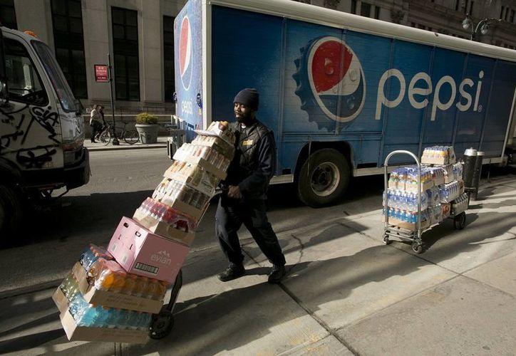Un repartidor transporta productos de Pepsi en Nueva York. (Agencias)