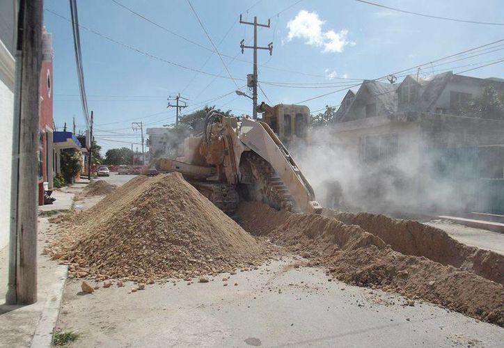 Comerciantes del centro de Tulum denuncian que las obras avanzan lento y esto les afecta económicamente. (Rossy López/SIPSE)