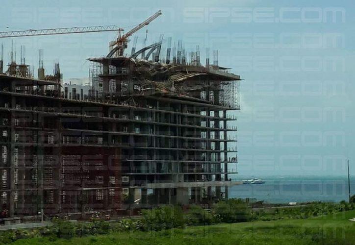 Los últimos dos pisos de la construcción colapsaron. (Redacción/SIPSE)