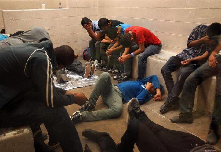 En las últimas semanas se filtraron borradores de posibles decretos presidenciales de Trump y uno de ellos aborda la situación de los migrantes. Imagen de contexto de un grupo de detenidos en la zona fronteriza de EU. (Archivo/Agencias)
