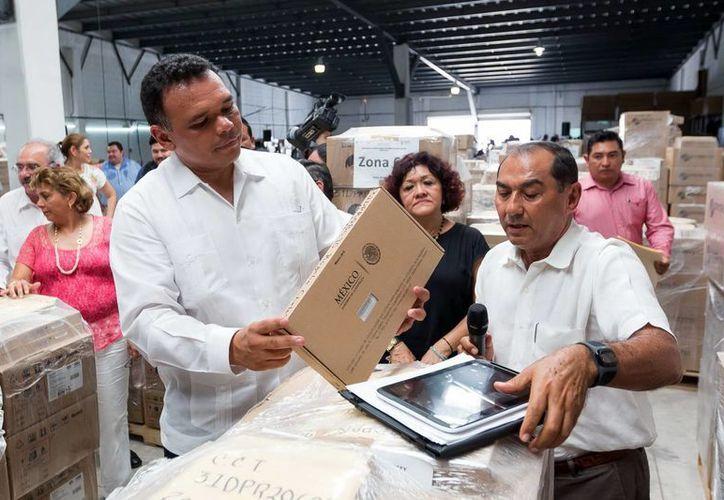 El gobernador Rolando Zapata y el titular de Educación en el Estado revisaron algunos de los más de 39 mil equipos que serán entregados a estudiantes de Yucatán. (SIPSE)