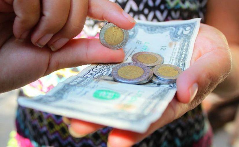 La cotización del dólar incrementará el costo de productos básicos. (Daniel Pacheco/SIPSE)