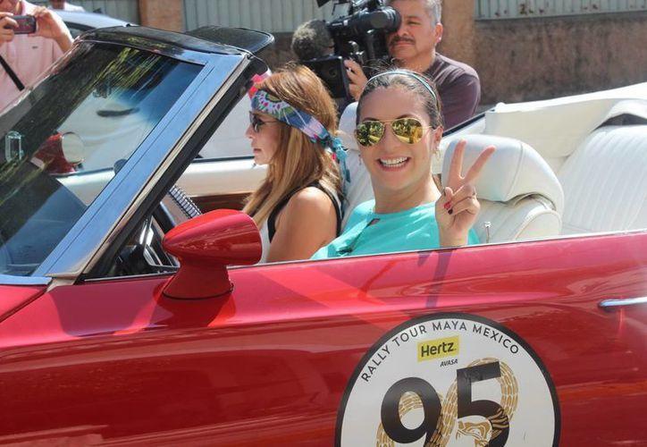 Mariana Ochoa y Erika Zaba cantantes de la banda OV7, durante el recorrido del Rally Maya, que este jueves coronó a su reina. (Foto: Notimex)