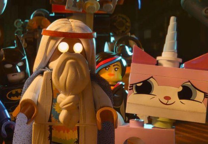La historia de 'Lego Movie' logra capturar la aventura de un niño que juega en una caja de Legos. (Agencias)