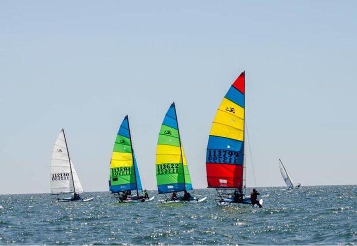 Armando Noriega Jr y Carlota Iturbide lideran la Copa Cummins de velerismo realizada en la marina silcer de Telchac Puerto (SIPSE)