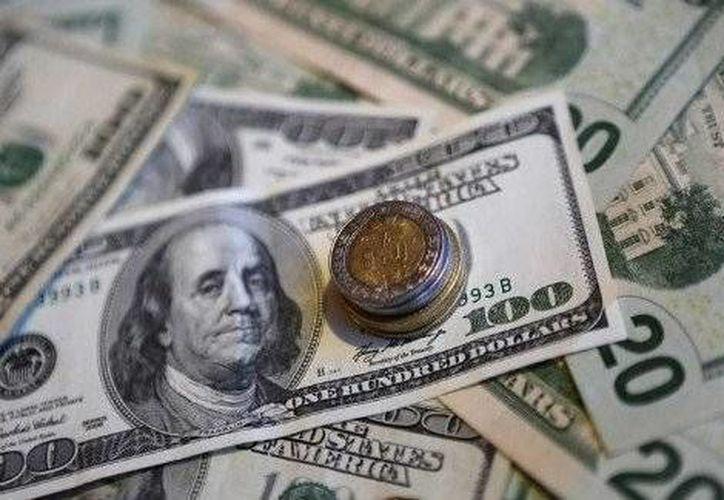 La caída de los precios internacionales del petróleo, de igual forma fortaleció la postura del dólar frente a las principales divisas internacionales. (Redacción/SIPSE)