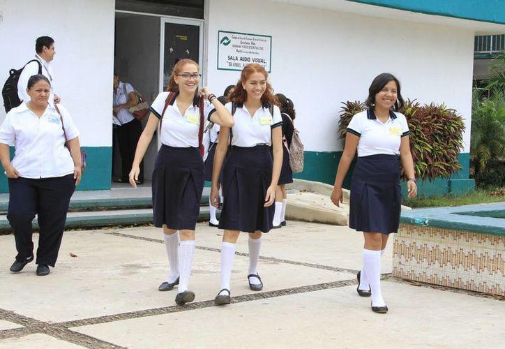 Un 10% de los jóvenes egresados de la secundaria no logran continuar con el bachillerato debido a problemas económicos. (Ángel Castilla/SIPSE)