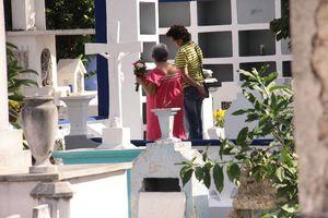 Honran a sus muertos en el Cementerio General