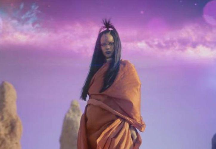 La cantante Rihanna liberó este jueves el videoclip oficial de 'Sledgehammer'  en pantallas IMAX en distintas partes de EU, logrando más de 216 mil reproducciones en menos de una hora. (Captura de pantalla)