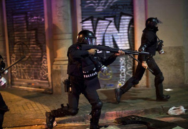La policía española carga contra los manifestantes durante la huelga general en Barcelona. (Agencias)
