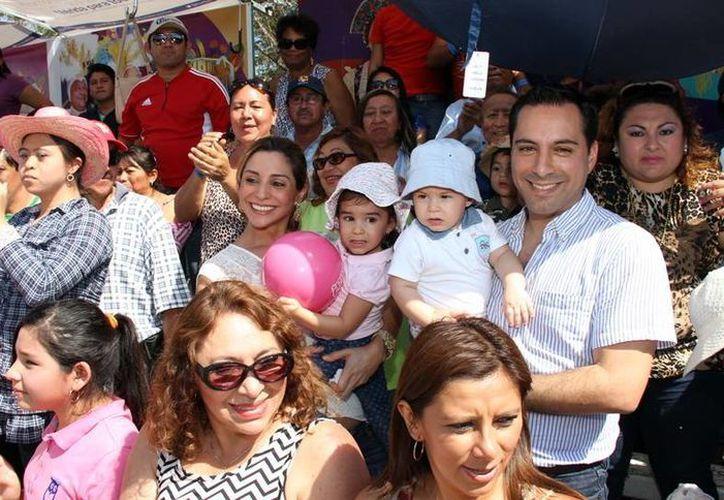 El precandidato del PAN, Mauricio Vila Dosa, asistió a los festejos junto con su familia. (Milenio Novedades)