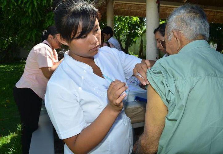 La ciudadanía debe acudir a los hospitales del sector salud para vacunarse. (Israel Leal/SIPSE)