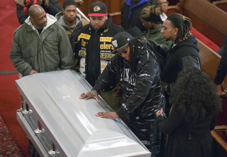 Amigos y familiares de Akai Gurley asistieron a su funeral, en la iglesia Baptista Brown Memorial, en Brooklyn, Nueva York. (EFE)