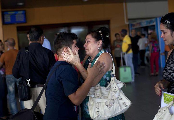 Iván Lee, de 12 años, se despide de un familiar antes de viajar a Miami, Florida, donde planea reunirse con su madre, que lleva años viviendo allí. (Agencias)