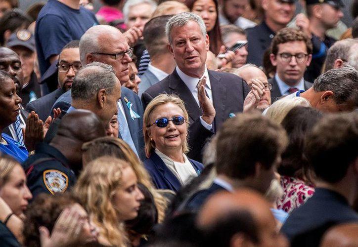 La candidata demócrata a la Presidencia de EU, Hillary Clinton, sufrió un desmayo tras participar en NY en los actos de conmemoración de los atentados del 11 de septiembre de 2001. (AP/Andrew Harnik)