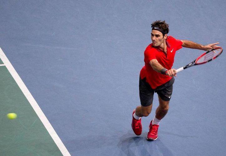 Roger Federer no pudo responder 21 saques del canadiense Milos Raonic, quien finalmente derrotó al tenista suizo en el Masters de París. La imagen corresponde al partido que el suizo disputó con el francés Lucas Pouille, el pasado jueves 30 de octubre. (Archivo/AP)