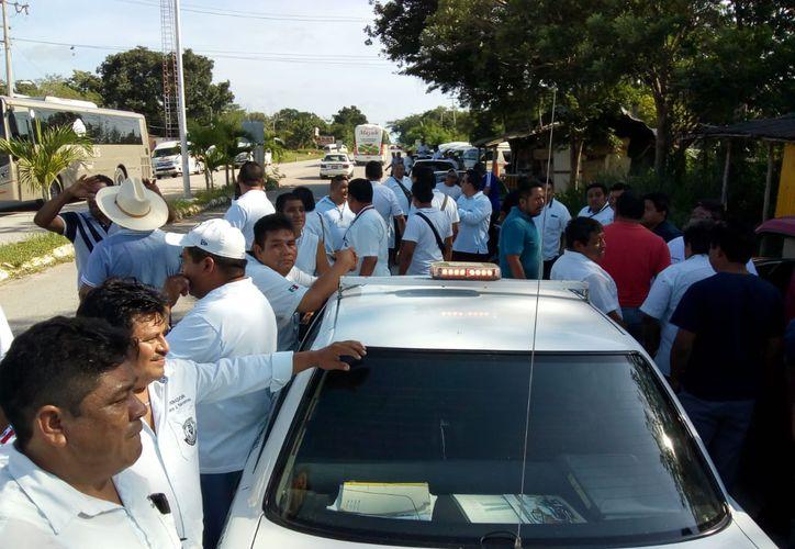 Socios del sindicato de taxistas de Tulum bloquearon el paso a los vehpiculos de los sindicatos de Felipe Carrillo Puerto y de Francisco May. (Redacción/SIPSE)